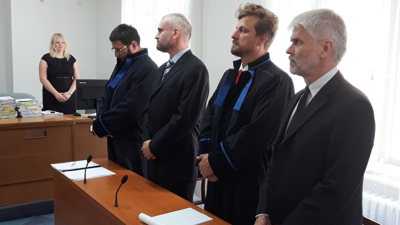 Na snímku ze soudní síně jsou na lavici obžalovaných zleva advokát Radek Jilg, obžalovaný Tomáš Petana, advokát Ondřej Kuchař a obžalovaný Jan Suntych.