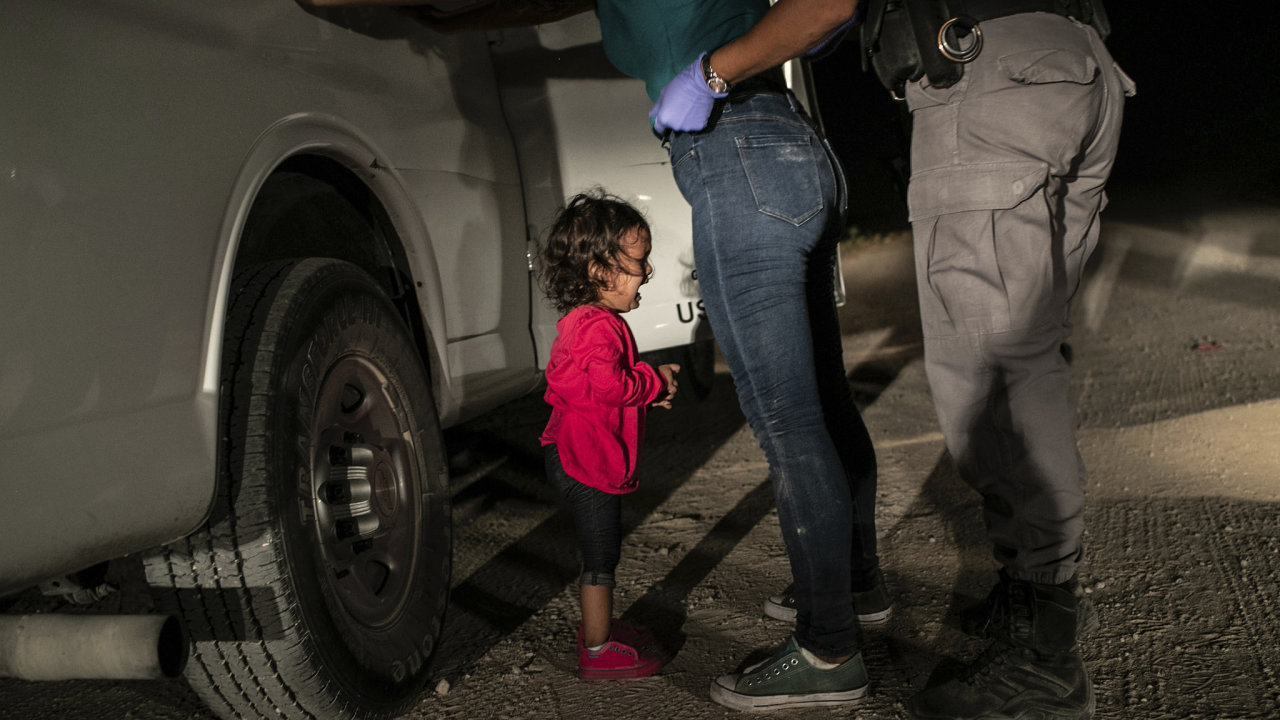 """Vítězným snímkem roku 2019 se stala fotografie Johna Moorea z Getty Images pojmenovaná """"Crying Girl on the Border"""" – """"Plačící dívka na hranicích""""."""