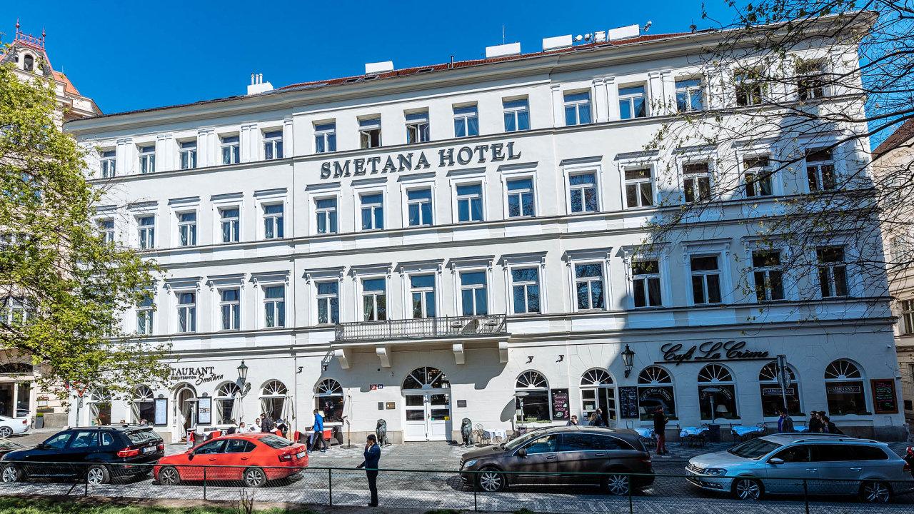 Vhistorickém domě známém jako Pachtův palác je luxusní hotel Smetana. Nemovitostu Karlova mostu vPraze začal její vlastník prostřednictvím poradenské firmy před dvěma týdny nabízet naprodej.