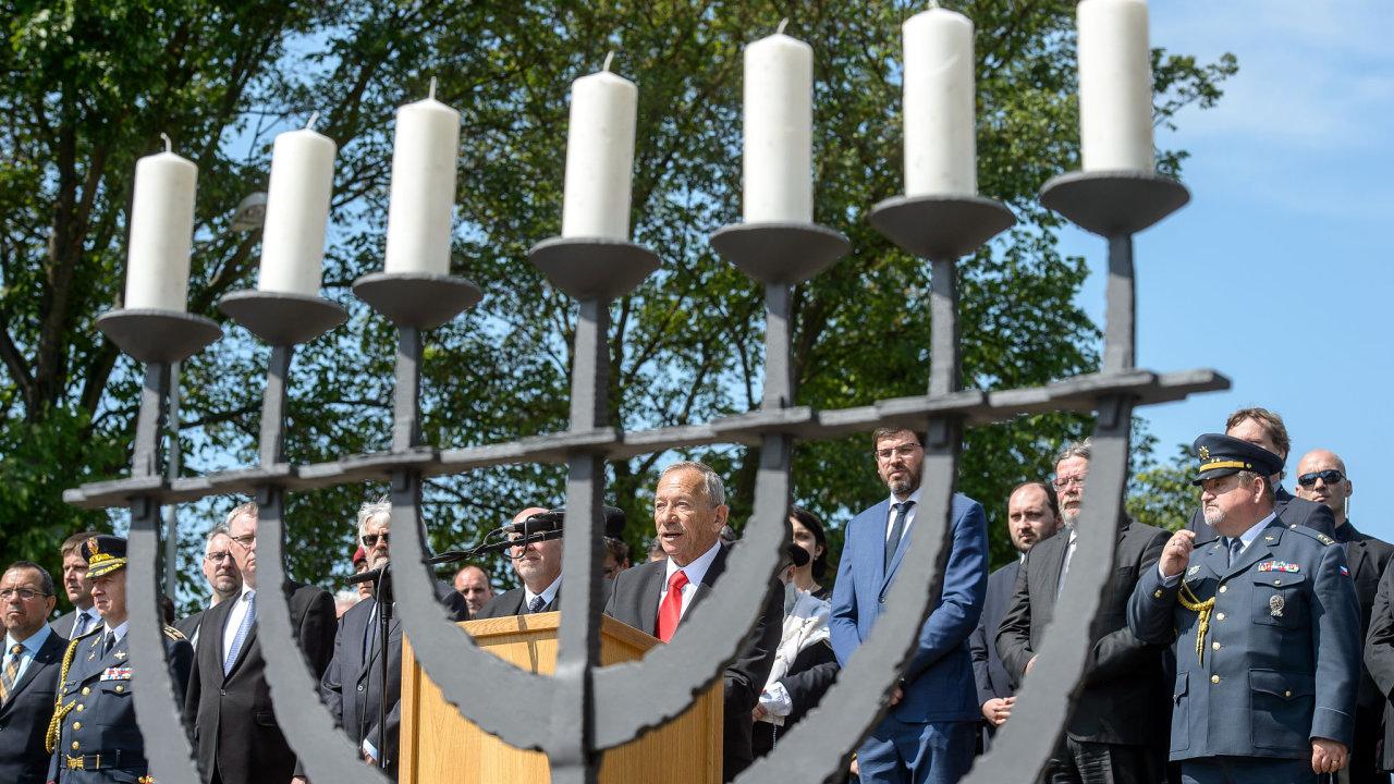 Předseda Senátu Jaroslav Kubera (uprostřed) hovoří při tryzně za oběti nacistické perzekuce 19. května 2019 na Národním hřbitově v Terezíně na Litoměřicku.