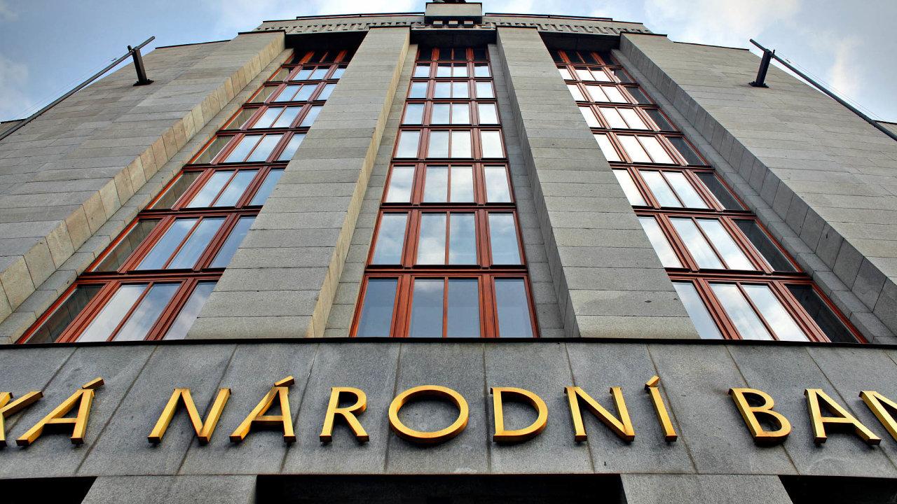 Klíčovou sazbu letos zvýšila Česká národní banka již pětkrát, od konce intervencí pak celkem sedmkrát.