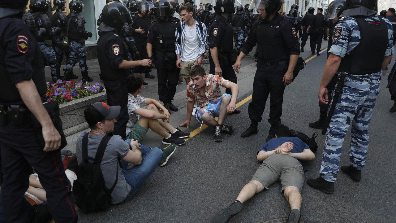 Sobotní demonstrace trvala více než sedm hodin. Nejprve se konala umoskevské radnice apoté se protestující přesunuli nanáměstí vzdálené asi kilometr odtud. Policisté při zásahu použili obušky.