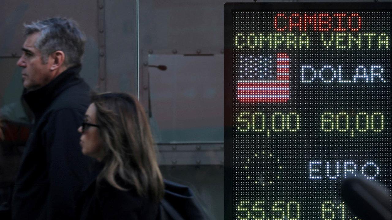 Argentinci se strachují, že kontroly se mohou zpřísnit aoni se kdolarům dostanou prakticky jen načerném trhu.