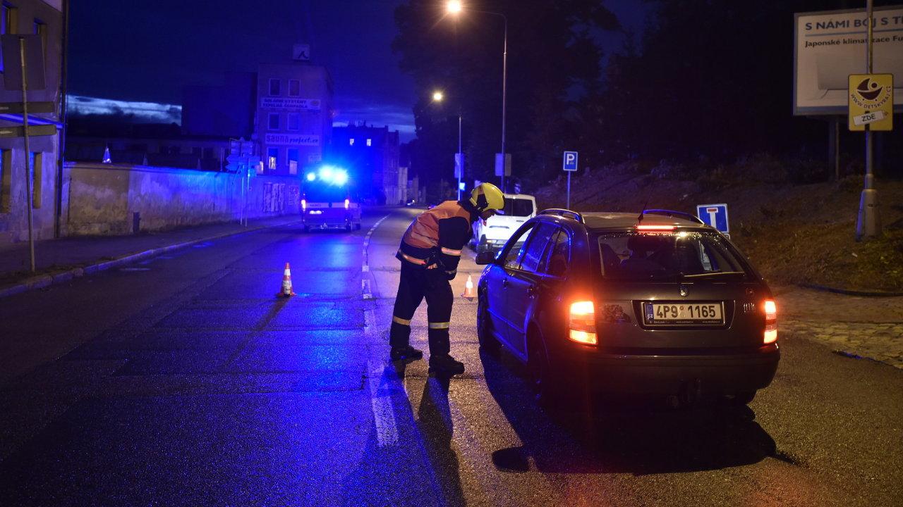 Policie v Liberci kvůli nálezu letecké pumy u Home Credit Areny evakuuje lidi v okruhu 750 metrů od místa nálezu. Na snímku hasič informuje posádku osobního vozu přijíždějícího k uzavřené oblasti.