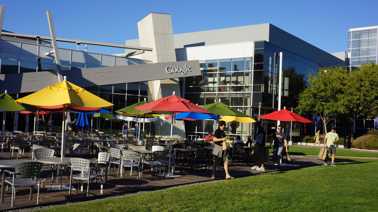 V sídlu Googlu v Mountain View v Kalifornii mají zaměstnanci možnost využít například i bowlingové dráhy