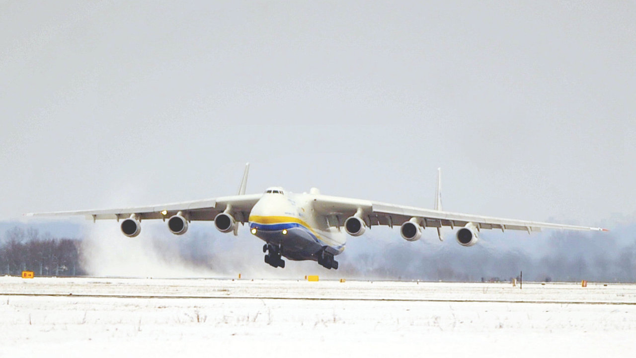 Na mo_novsk_m Leti_ti Leo_e Jan__ka Ostrava p_ist_l 26. ledna nejv_t__ letoun sv_ta Antonov An-25 Mrija