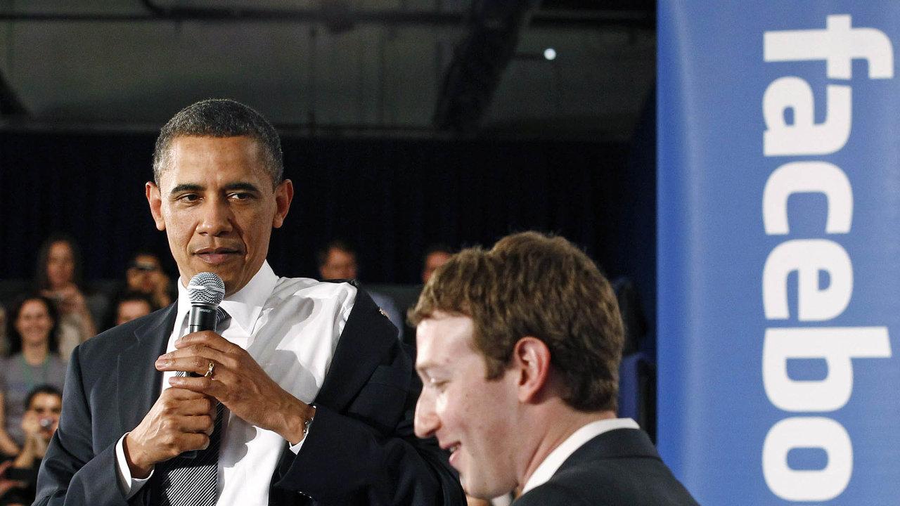 Podle Baracka Obamy Facebook vytvářel podmínky pro zdravou demokracii. Současní demokraté ale firmu Marka Zuckerberga (vpravo) řadí k