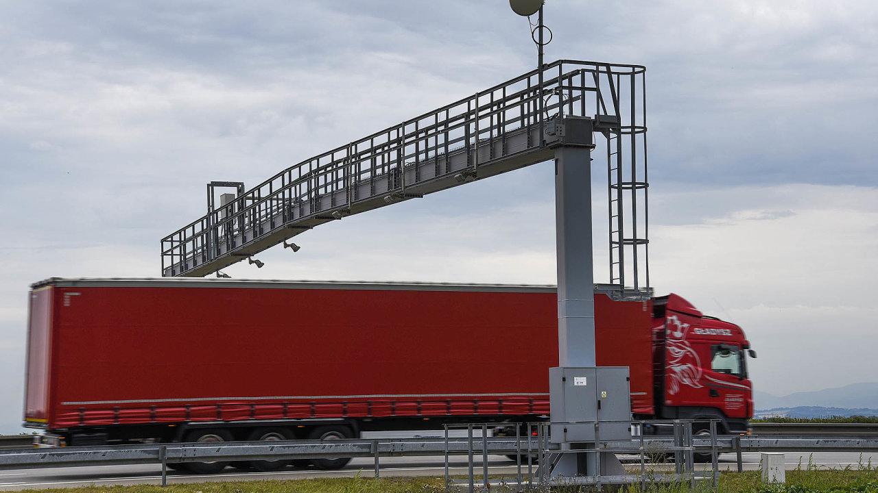 V Česku po třinácti letech za necelý měsíc přestanou kamiony platit mýto skze brány Kapsche. Nahradí je satelitní systém konsorcia CzechToll/SkyToll.