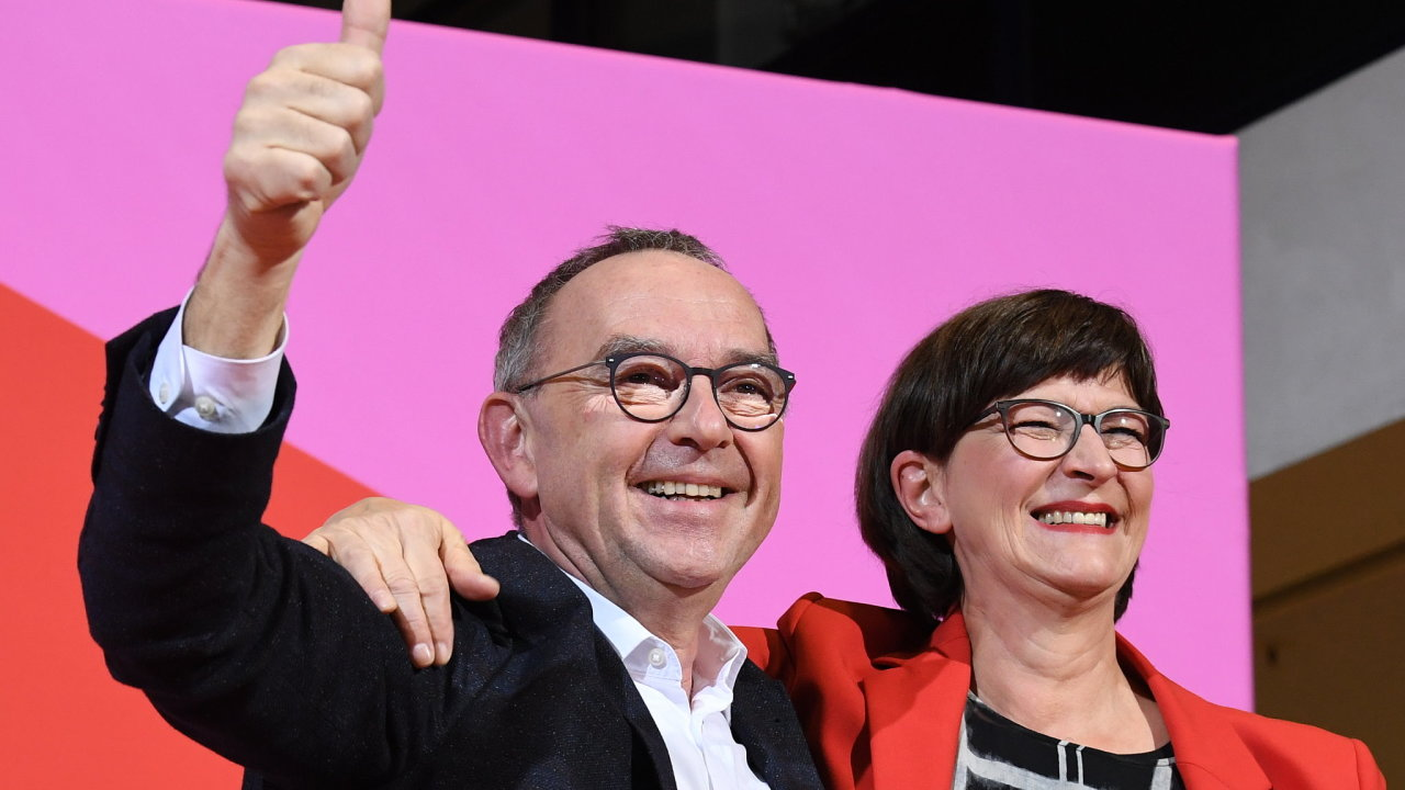 Německou SPD povede spolupředsednické duo Norbert Walter-Borjans a Saskie Eskenová.