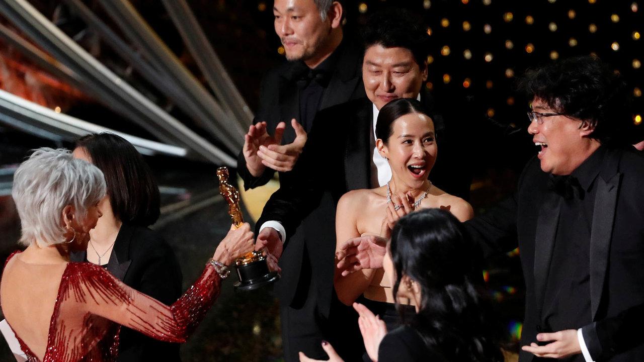 Jihokorejská radost: Režisér Pon Džun-ho (vpravo) se štábem se raduje zhistorického vítězství korejského snímku na Oscarech. Jeho film Parazit si hraje sžánry aglosuje sociální nerovnost.