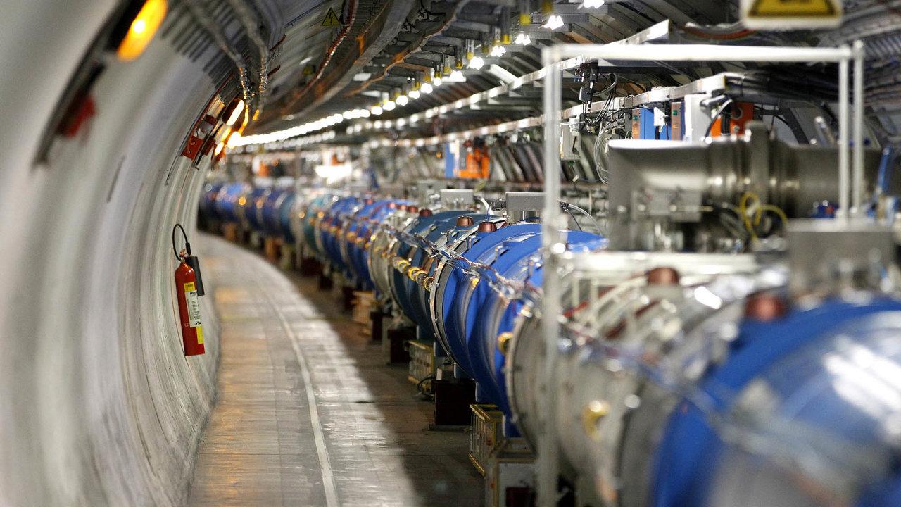 Největší anejpopulárnější Velký hadronový urychlovač senachází napomezí Švýcarska aFrancie vpodzemním kruhovém tunelu odélce 27 kilometrů ajeho vybudování stálo osm miliard dolarů.