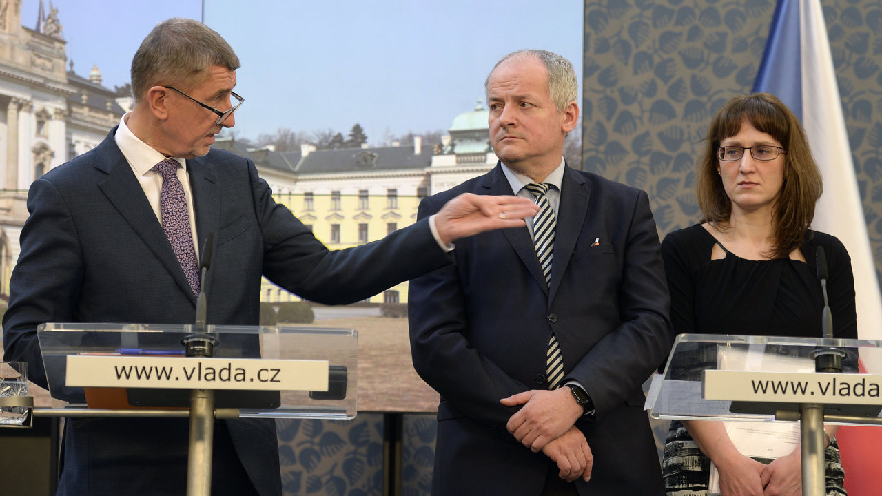 Zleva premiér Andrej Babiš (ANO), náměstek ministra zdravotnictví Roman Prymula a hlavní hygienička České republiky Eva Gottvaldová.