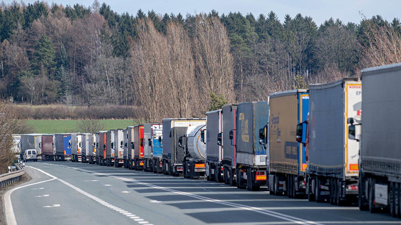 Kamiony musí čekat před hranicemi hodiny.Situace se liší přechod odpřechodu. Zatímco uNáchoda (na snímku) čekají až deset hodin, třeba doRakouska projedou plynule.