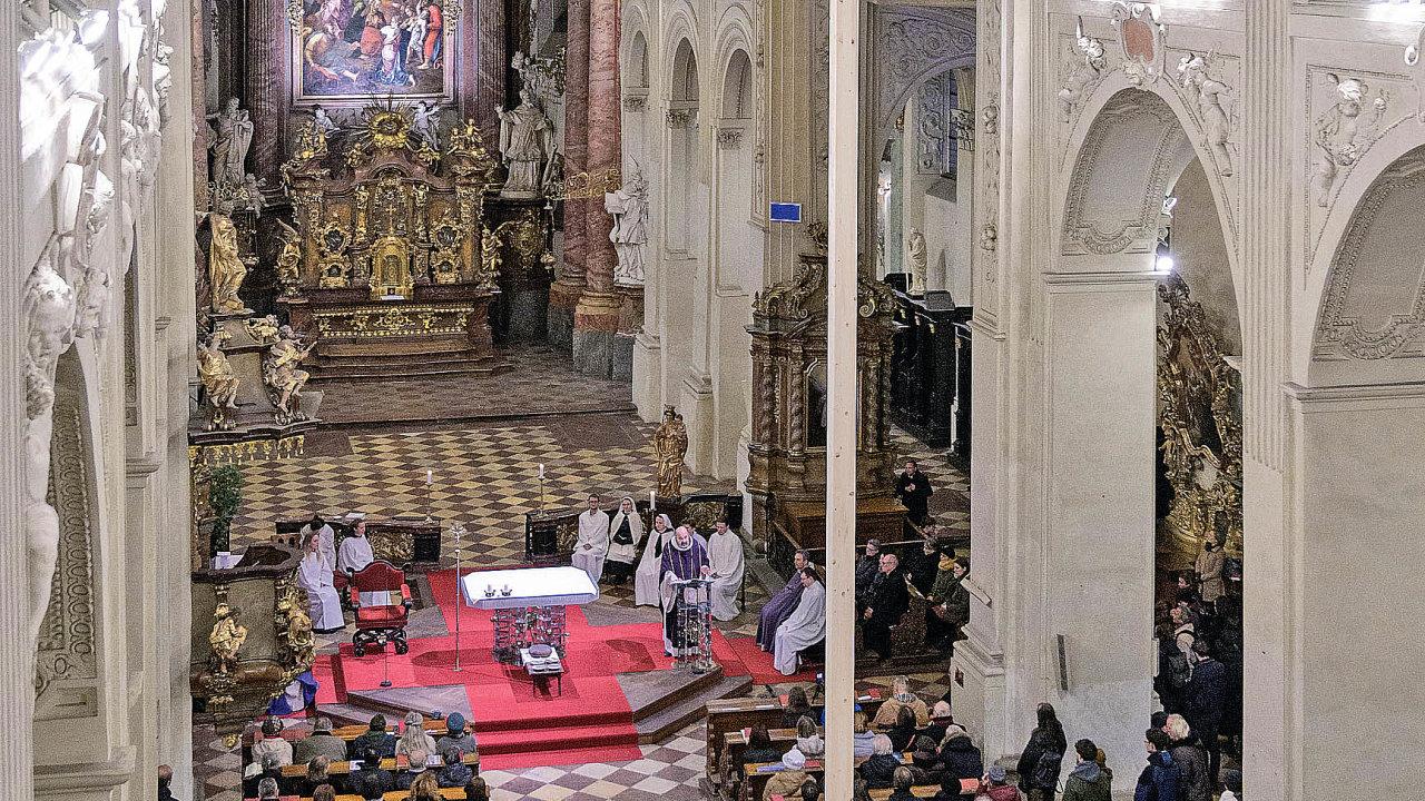 Kyvadlo Josefa Pleskota skoro levituje pod klenbou barokního kostela Nejsvětějšího Salvátora v srdci Prahy. Do pohybu bude opět uvedeno po obnovení bohoslužeb.