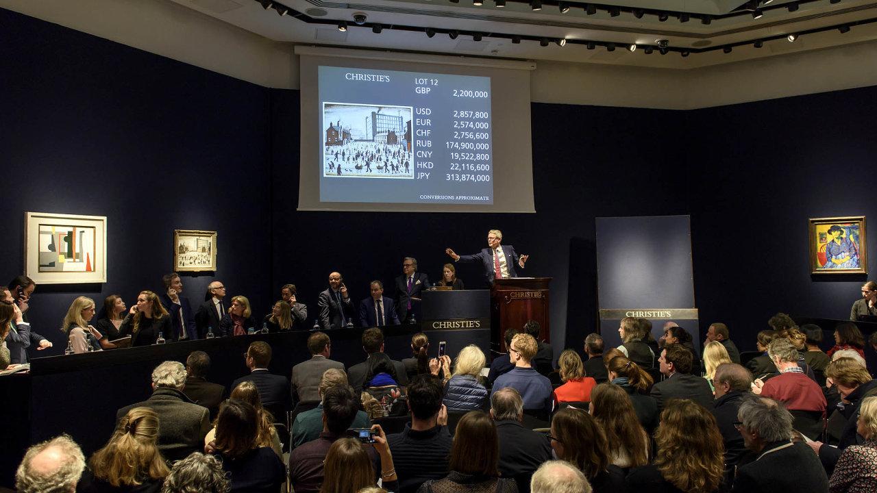 Aukční domy se snaží udržet své provozní marže ataké přesvědčit sběratele, aby prodali své nejlepší kousky. Na snímku večerní aukce v aukční síni Christie's.