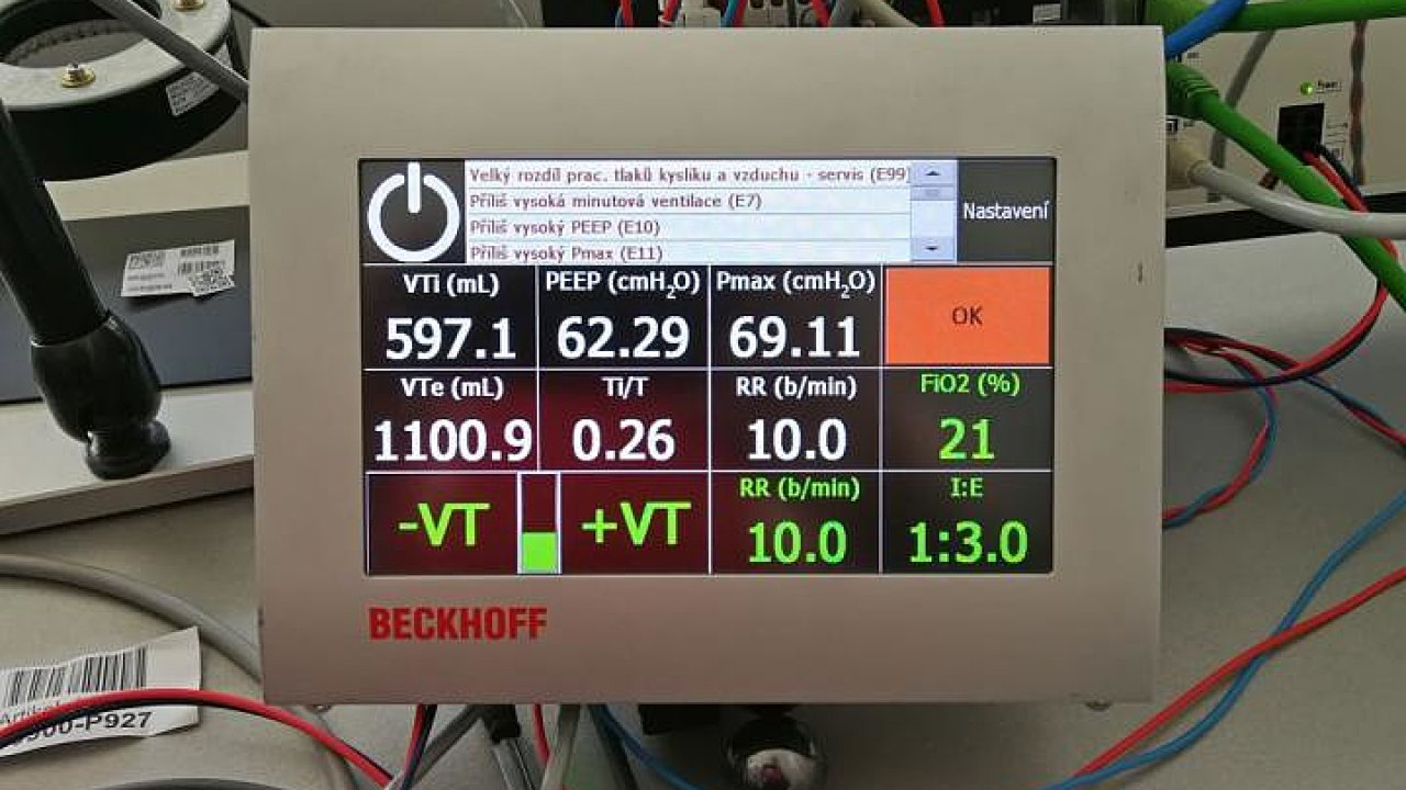 Českému týmu, který vyvinul levné plicní ventilátory, se podařilo vybrat od dárců na internetu přes 10 milionů korun. Na dalších 400 ventilátorů by měl již přispět stát.