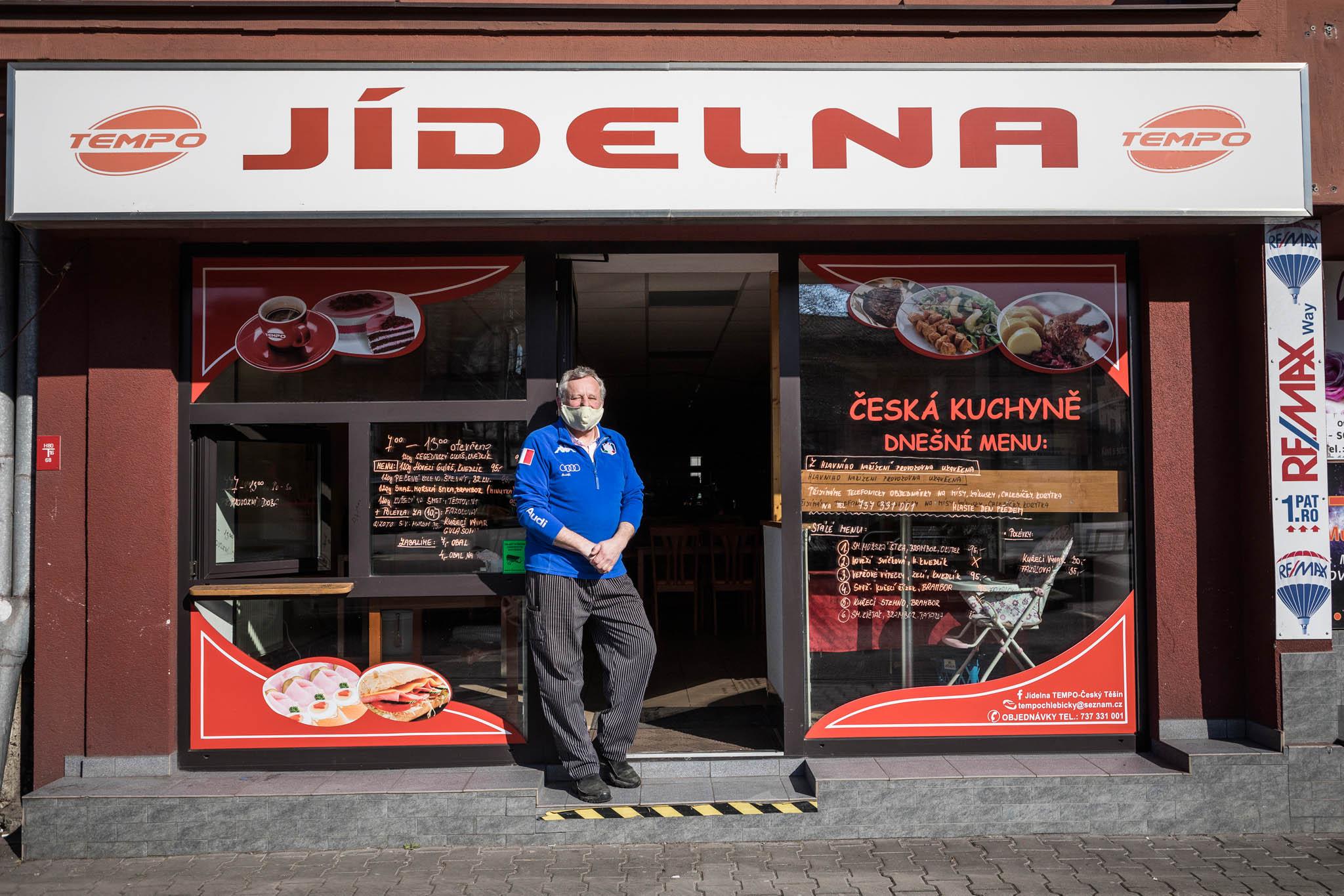 Podnik bezhostů: Dojídelny Tempo naproti těšínskému vlakovému nádraží si kvýdejnímu okénku chodí pro jídla jen zlomek dřívějších hostů, říká její šéf Milan Bára.