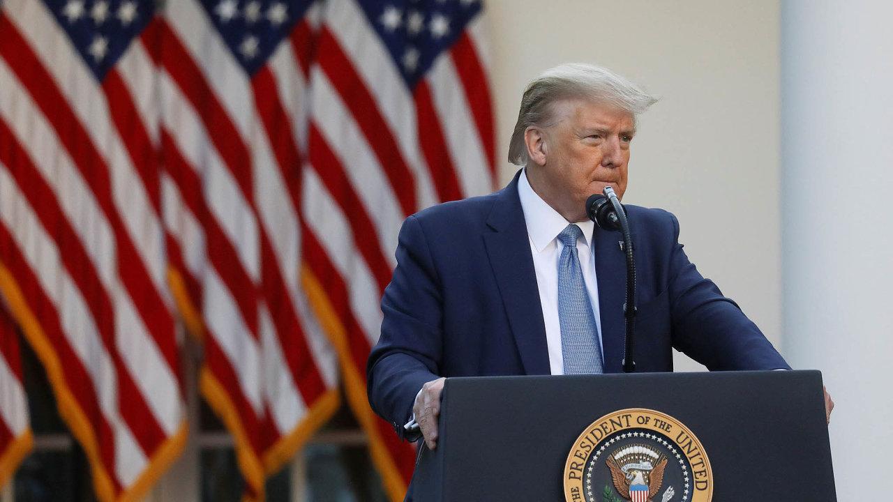 """""""Když je někdo prezidentem USA, má naprostou pravomoc,"""" vyjádřil Trump přesvědčení, že zmoci svého úřadu může vynutit uvolňování opatření proti pandemii. Podle ústavy na to ale nemá nárok."""