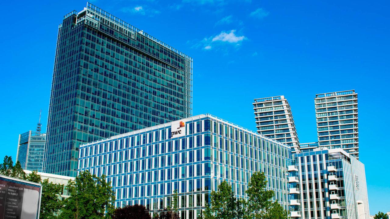 Česká pobočka Raiffeisenbank obývá několik pater druhé nejvyšší budovy v Česku. Teď ale zjišťuje, že tolik kanceláří vlastně nepotřebuje.