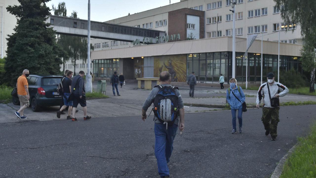 V Česku se uvolňují opatření proti šíření koronaviru, na Karvinsku a několika dalších místech se ale naopak opatření zpřísňují.