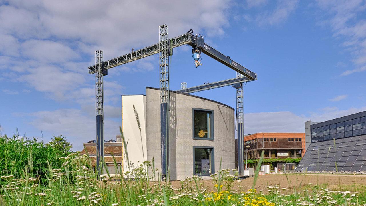 Výstavba zapomoci betonových 3D tiskáren umožňuje snadno vytvářet budovy atypických tvarů. VBelgii vytištěný dvoupodlažní dům tak má oblé obvodové zdi.