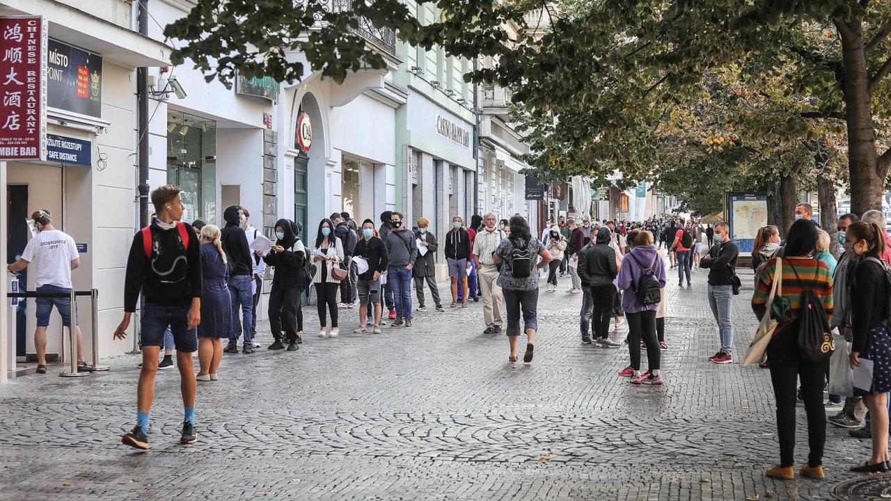 Fronty natesty.Uodběrového místa naVáclavském náměstí zástup čekajících měřil vpondělí skoro dvě stě metrů. Lidé tam čekají hodiny.