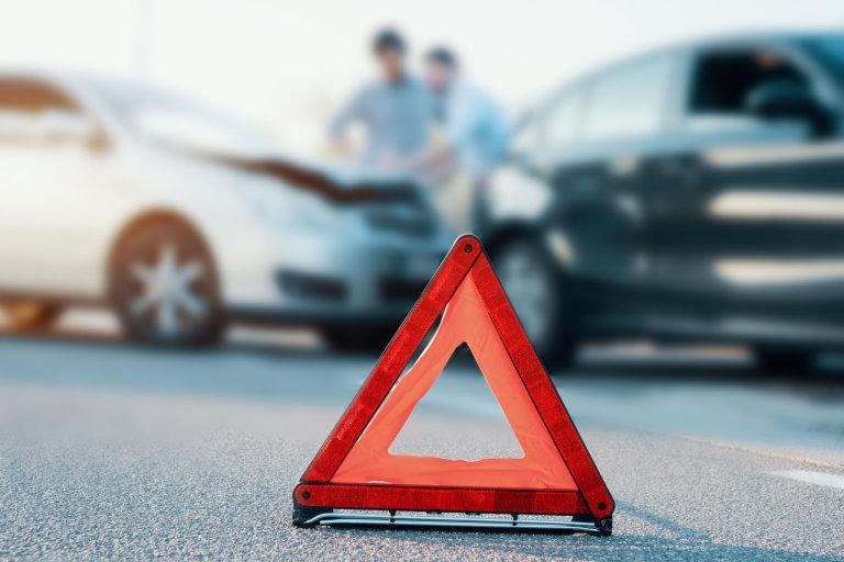 Zatímco z povinného ručení pojišťovna uhradí škody způsobené na majetku jiných, havarijní pojištění pokrývá škody způsobené na vašem vlastním vozidle.