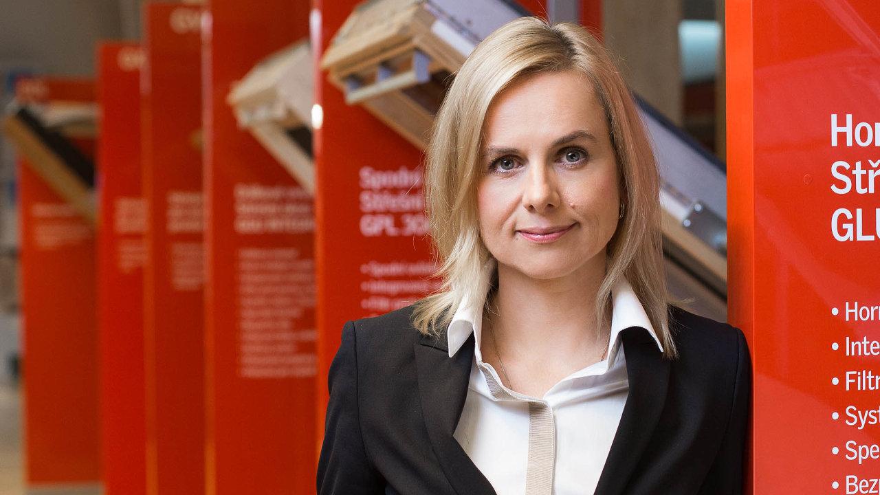 Dánský dodavatel oken Velux patří mezi jedny zmála podniků, kterým se vtěžké době daří růst. Ředitelka české pobočky Dagmar Plevačová potvrzuje, že firma zkrize těží.