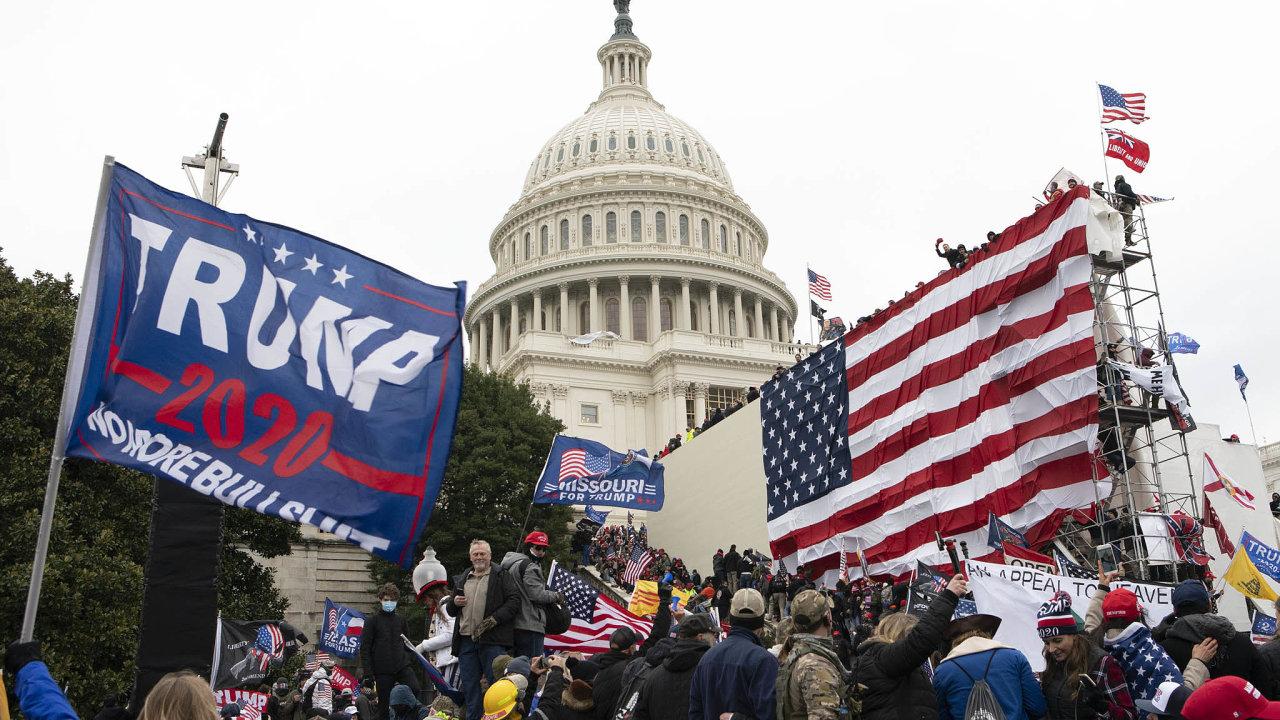 Protest před parlamentem: Středeční demonstrace veWashingtonu se zvrhla vútok naKongres.