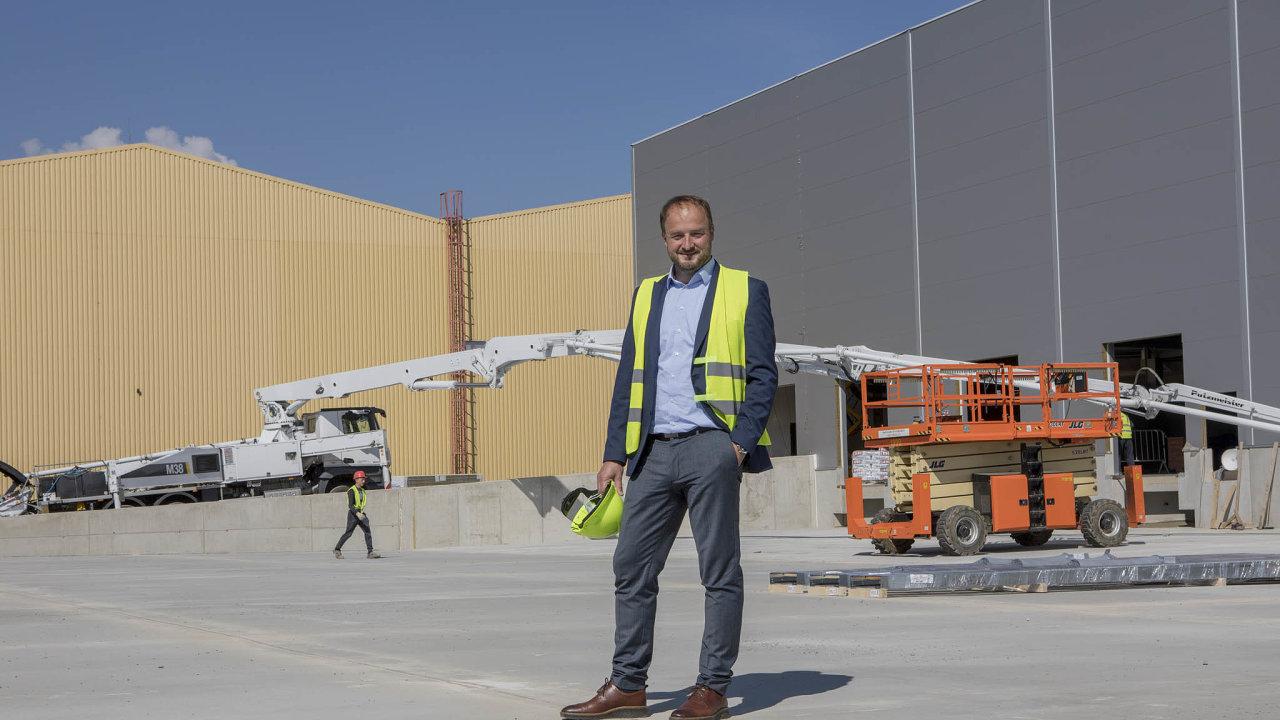 Šéf řízení dodavatelského řetězce Coca-Cola HBC Jan Turek před rozestavenou budovou automatizovaného skladu v Praze - Kyjích.