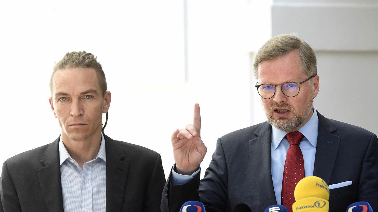 Příští vláda? Po letošních volbách může koalici utvořit hned pět současných opozičních stran. A obavy panují hlavně ze soužití Pirátů s ODS, podle některých půjde o velkou koalici levice s pravicí.