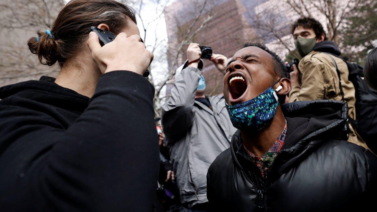 Reakce lidí před budovou soudu.