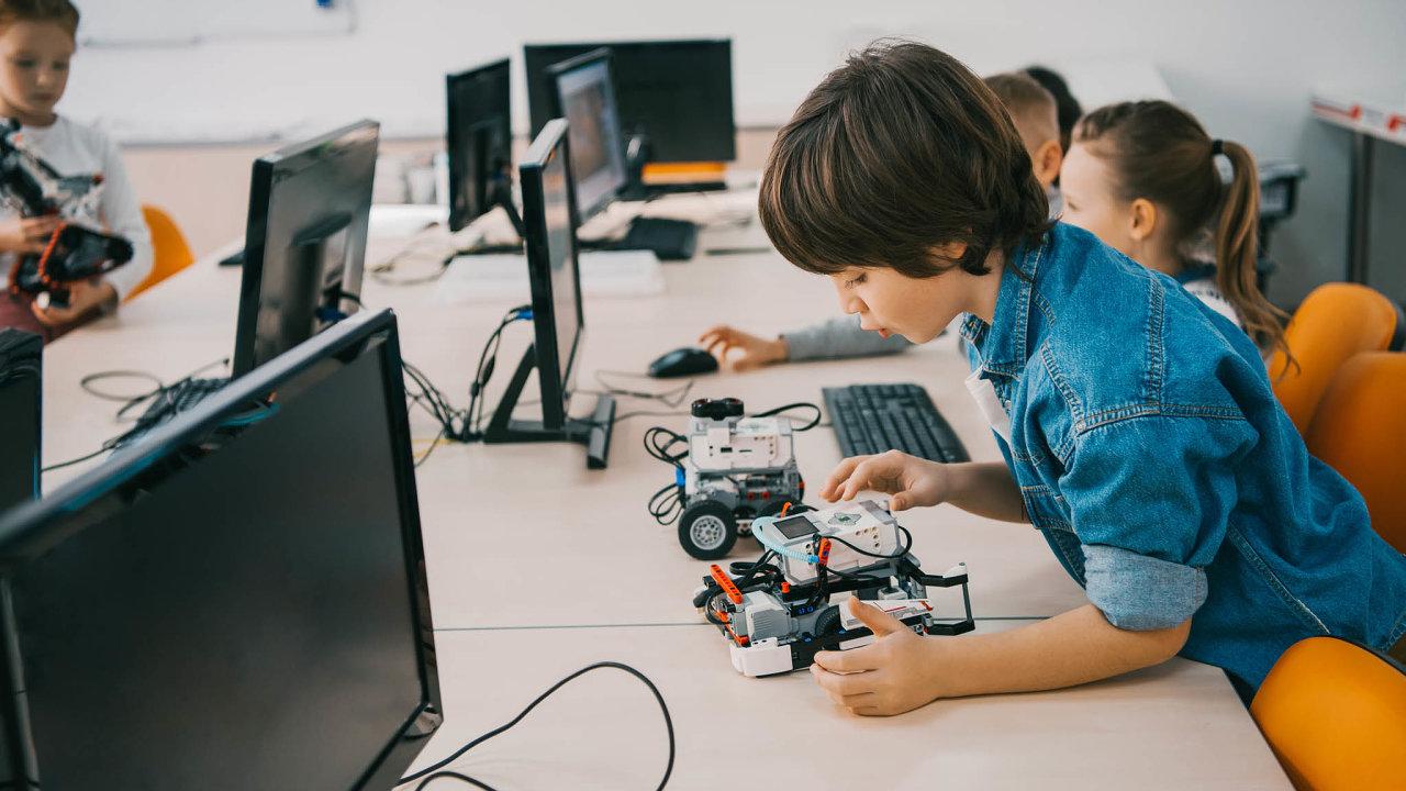 Základní školy budou muset dát informatice mnohem víc hodin než dosud. Žáci se v ní mají kromě uživatelských dovedností více seznámit se základy programování i robotikou.