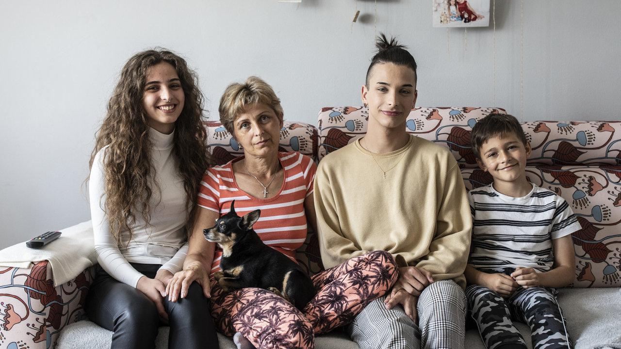 Julia Siváková se synem Matějem a dcerou Leontýnou a nevlastním vnukem Jiřím v jejich novém bytě v Habartově.