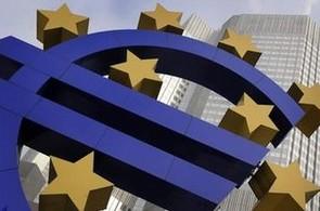 Ekonomika aeurozóny skomírá, Evropská centrální banka se ji snaží oživit.