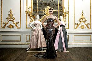 Desítky metrů látek a ruční práce: Podívejte se na šedesát let historie plesových šatů