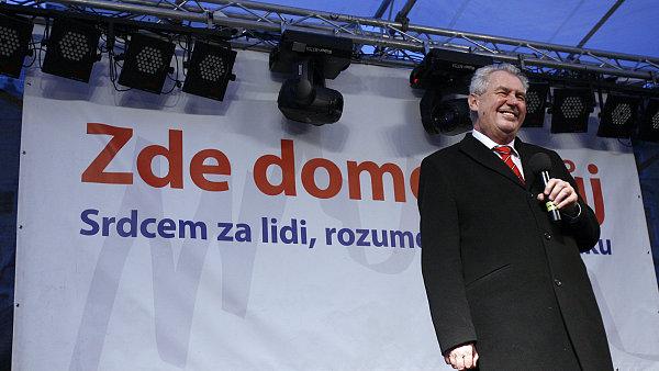 Miloš Zeman zdraví své příznivce na koncertu na Staroměstském náměstí