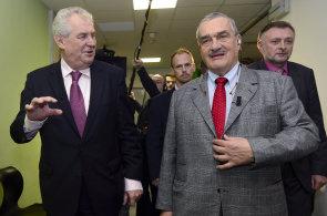 Zeman s dlouhými rukávy, Schwarzenberg s květinou. Jak si prezidentští kandidáti rozumí s módou?