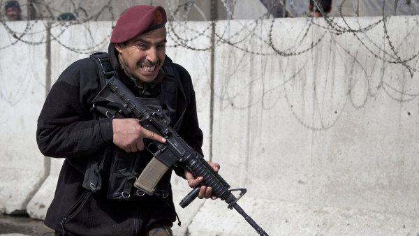 Afgánský voják zaujímá pozici před ministerstvem