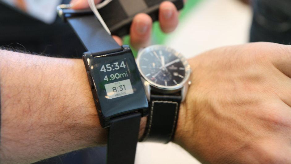 Chytré hodinky Pebble vedle klasických hodinek