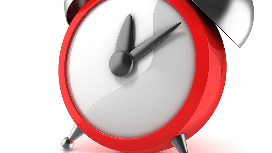 Hodiny, budík, pět minut po dvanácté. Ilustrační foto