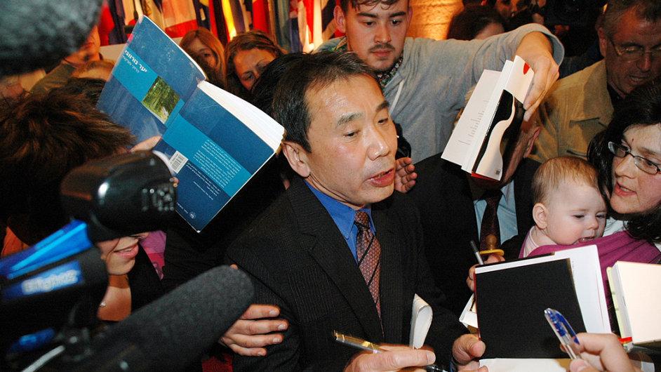 Haruki Murakami dával autogramy naposledy v Jezualémě, kde roku 2009 převzal tamní literární cenu.