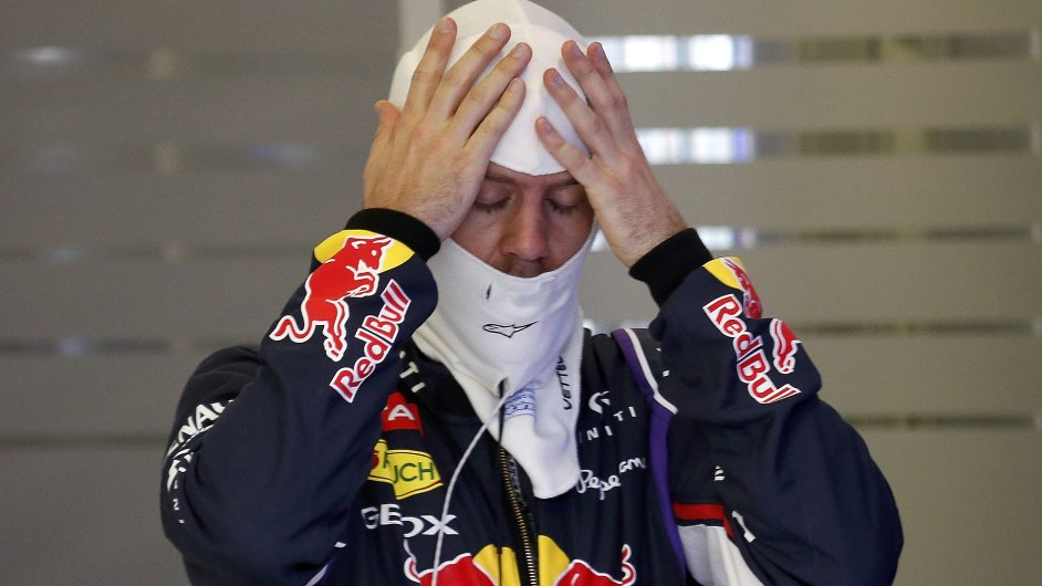 Sebastian Vettel při Velké ceně Austrálie se zvukem motorů spokojený nebyl.
