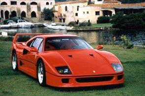 V syrovém Ferrari F40 se okénka stahují kličkou. Přesto i dnes vyjde nejméně na 15 milionů