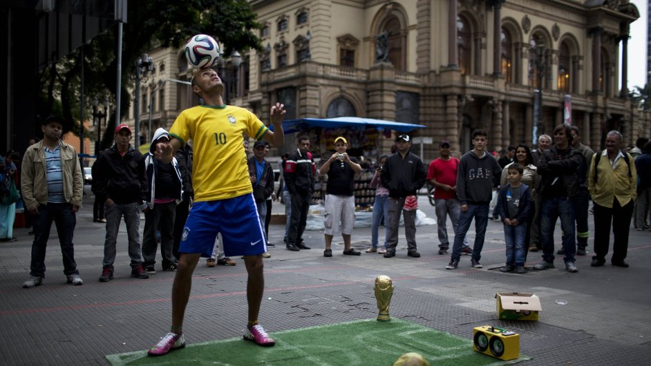 Pouliční umělec v Sao Paulu předvádí hráče národního týmu, MS ve fotbale začíná ve čtvrtek 12. června