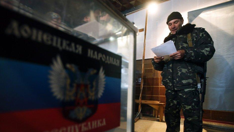 Proruský separatista ve volební místnosti v Doněcku