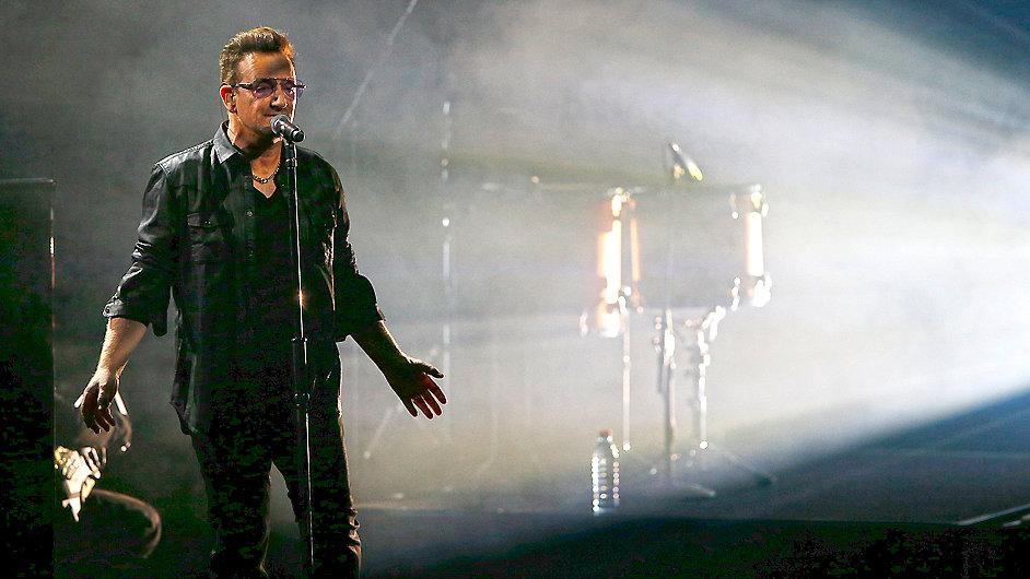 Zpěvák U2 Bono při vystoupení tento týden v Berlíně.