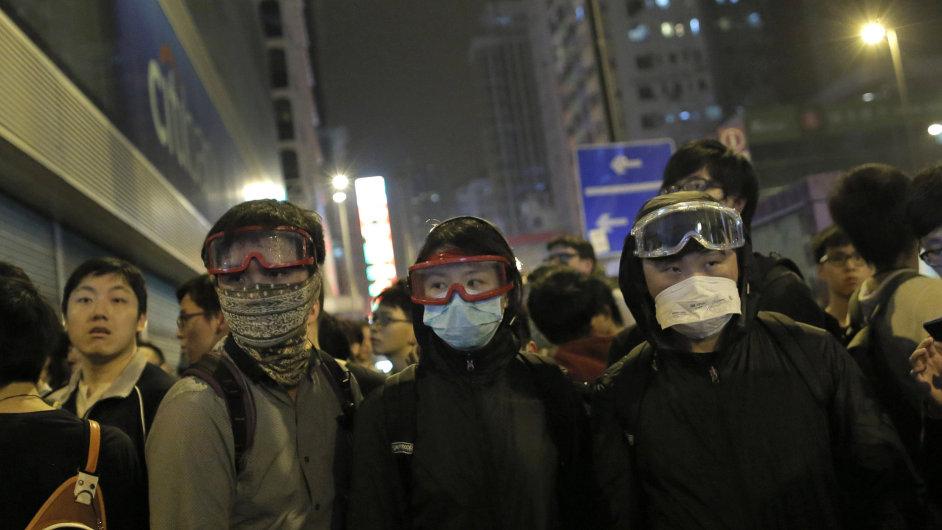 Demonstranti v ochranných maskách během sobotních střetů s policií v Hongkongu.