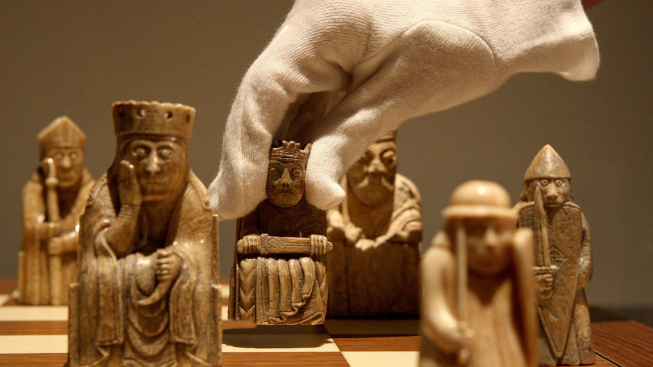 Šachové figurky z 12. století ve skotském národním muzeu.