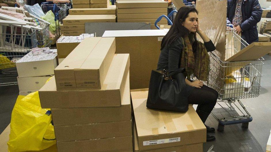 Ikeu po čtvrtečním propadu rublu zaplavily davy zákazníků.